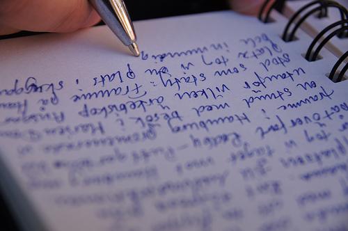 Scrivere a mano su un quaderno