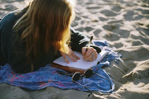 Giovane che scrive il suo diario personale