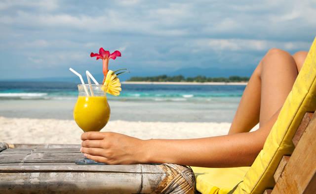 donna che si rilassa in riva al mare