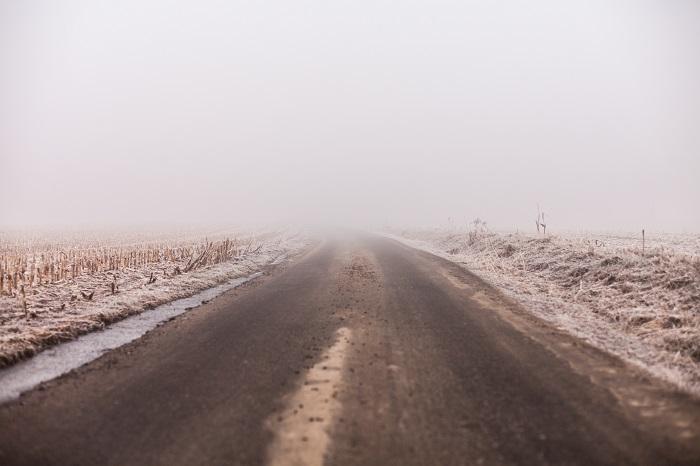 Una strada avvolta dalla nebbia
