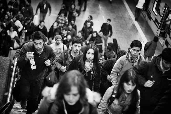 Persone sulla scala della metro
