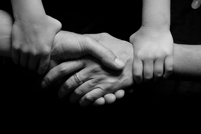 Mani che si tengono. Autocompassione e connessione