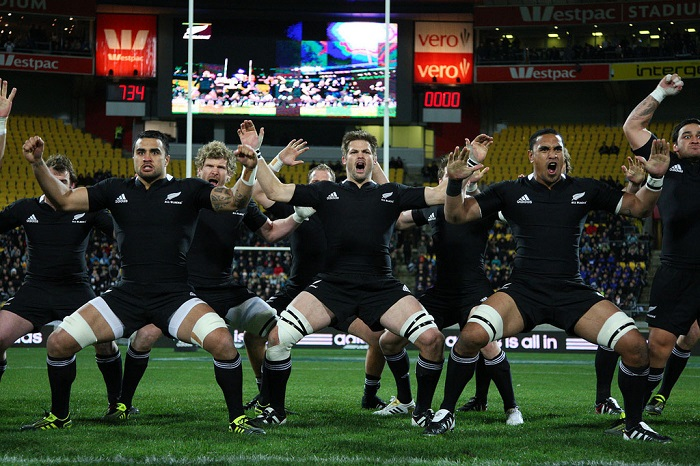 La squadra All Blacks che esegue l'haka allo stadio