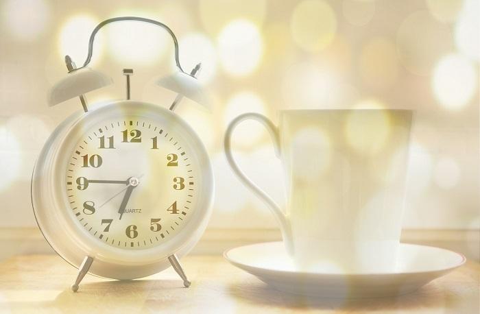 Abitudini. Una sveglia e una tazza di tè